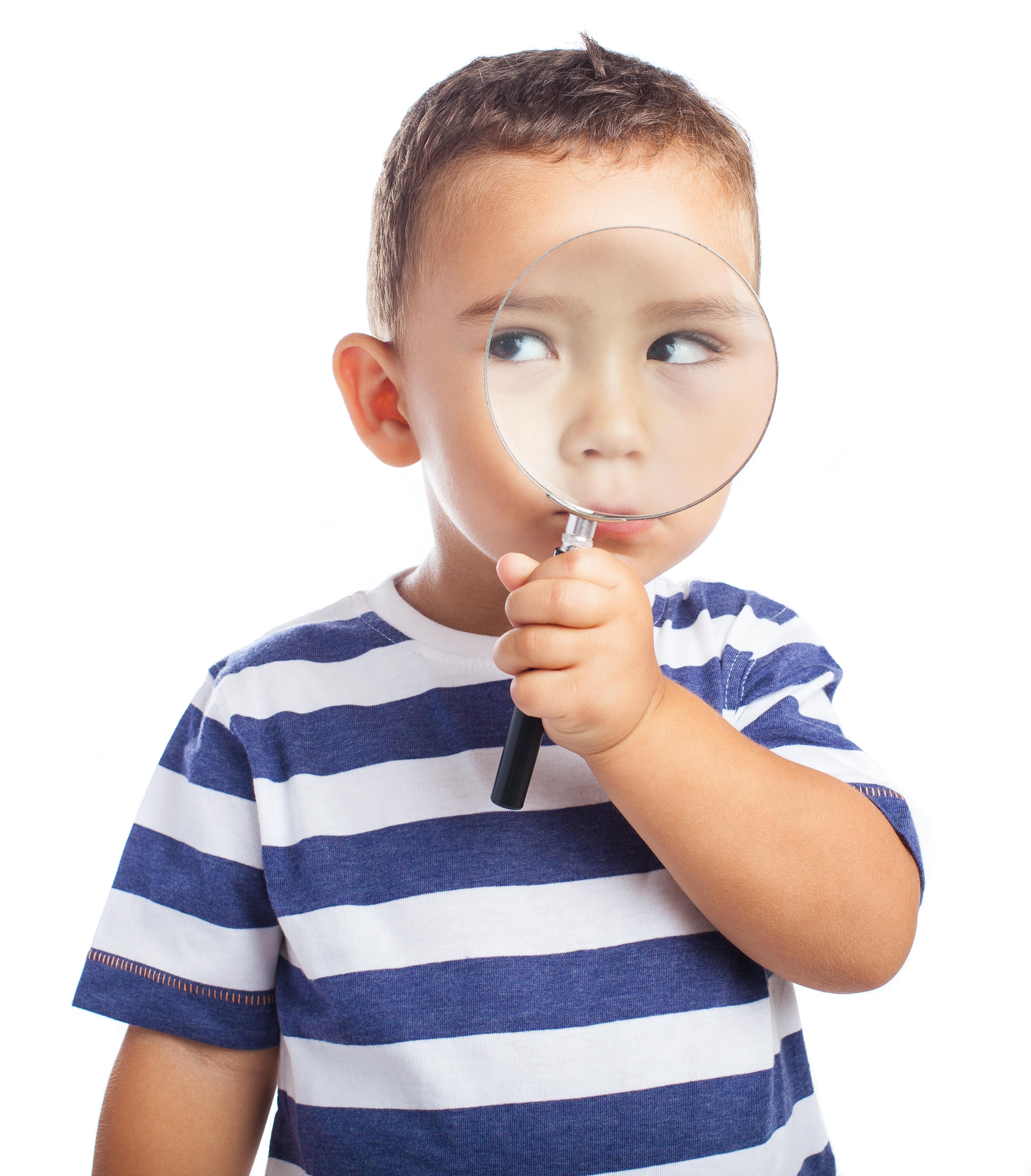 Ребенок с лупой фото