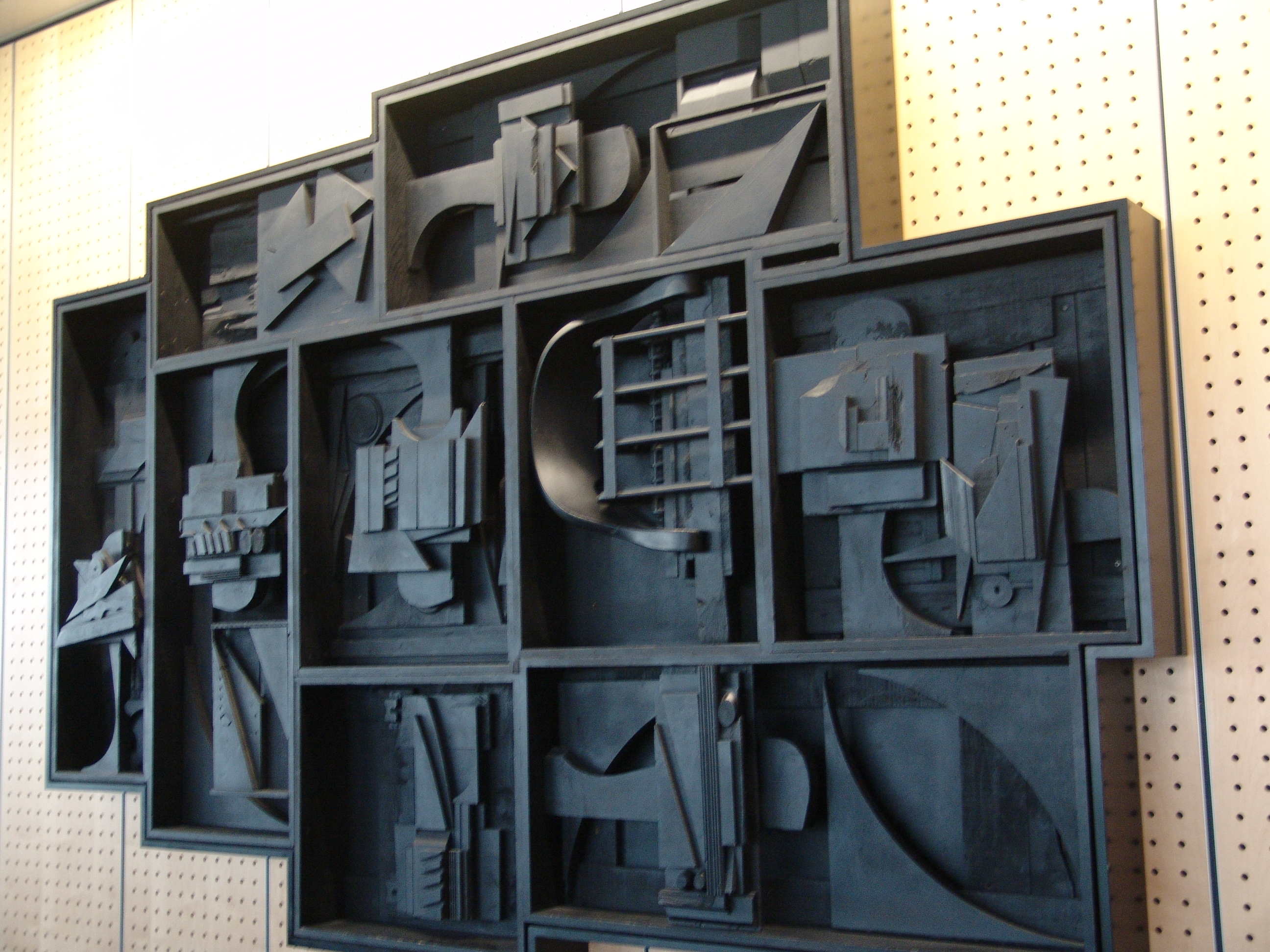 louise nevelson american sculptor wooden wall Artwork page for 'black wall', louise nevelson, 1959 in the late 1950s, nevelson began to make reliefs by stacking wooden boxes and crates, each of which would contain an arrangement of found objects that she collected as she walked around the streets of new york city.